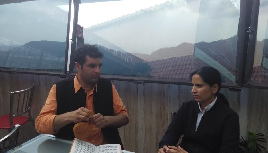हिमाचल ब्यूरो मीना कौंडल से आचार्य महेन्द्र सिंह शर्मा की बातचीत करते हुए