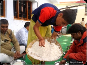 धाम में चावल परोसता बोटिया