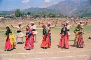 रंग-बिरंगे वस्त्रों को पहन कर और चांदी के आभूषणों को धारण कर नृत्य करते गद्दी-गद्दनें