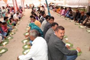 पंक्ति में बैठकर धाम खाते लोग