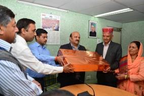 आई एंड पी आर के निदेशक डॉ.एम.पी सूद ने विभाग के गोपाल चन्द शर्मा को उनके सेवानिवृत्ति समारोह में उपहार देकर किया सम्मानित