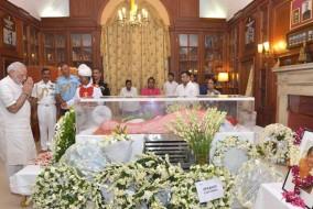 प्रधानमंत्री ने प्रथम महिला सुभ्रा मुखर्जी के पार्थिव शरीर को श्रद्धांजलि अर्पित की