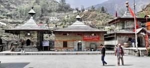 मंदिर का शीर्ष भाग पत्थर की स्लेट की ढलानदार छत से आच्छादित