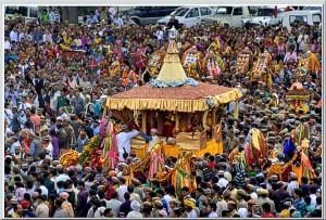 आकर्षण का केंद्र रहती है भगवान रघुनाथ जी की रथ यात्रा