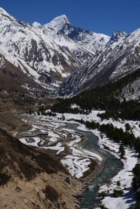 इस पूरी घाटी को बास्पा नदी अपने साथ एक सूत्र में पिरोती हुई कलकल बहती