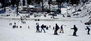 स्किंग करते पर्यटक