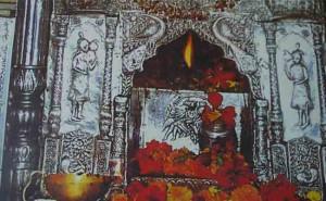 मंदिर में अग्नि की अलग-अलग नौ ज्योतें हैं, जो भिन्न-भिन्न देवियों को हैं समर्पित