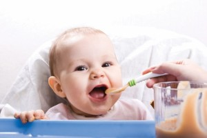 बच्चे को भोजन बोतल से न दें, खाने को चम्मच से खिलाने की आदत डालें