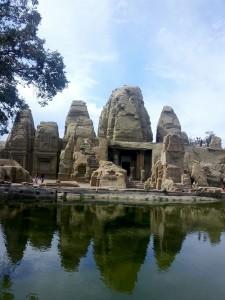 नागर-शैली में निर्मित इस मंदिर में वर्गाकार गर्भगृह, अंतराल, मंडप एवं मुखमंडप