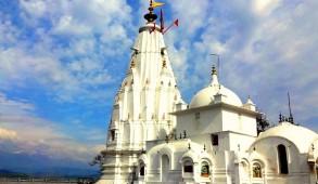 """धौलाधार पर्वत श्रृंखला में स्थित 52 शक्तिपीठों में से एक """"श्री ब्रजेश्वरी देवी"""" मंदिर"""