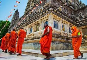 धर्म ग्रंथो के अनुसार देवी-देवताओ की पूजा के बाद मंदिर की परिक्रमा अनिवार्य