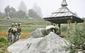 ग्राम देवता को पहनाए जाते हैं पर्वतों से लाए गए फूल और मालाएं