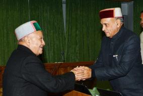 विधानसभा के शीतकालीन सत्र के दौरान मुख्यमंत्री वीरभद्र सिंह तपोवन में प्रतिपक्ष नेता प्रो. प्रेम कुमार धूमल से हाथ मिलाते हुए