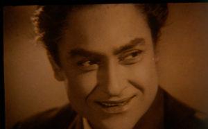 अशोक कुमार का अभिनय लोगों के सर चढ़कर बोलता रहा और उनकी फ़िल्में कामयाब होती रहीं