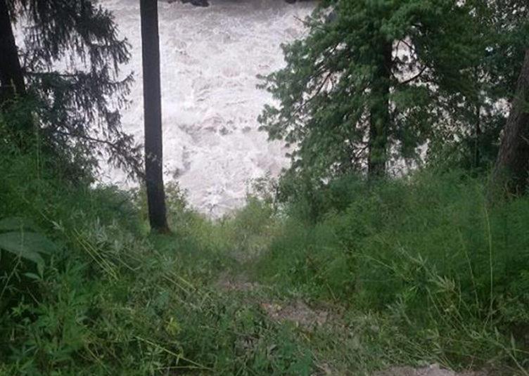 पार्वती नदी में समायी कार, एक लापता