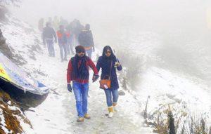 बर्फ से ढकी वादियां पर्यटकों के लिए आकर्षक का केंद्र