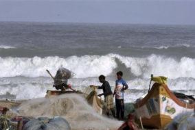 चक्रवात ओखी से प्रभावित इलाकों में भारतीय नौसेना के खोज व बचाव कार्य जारी
