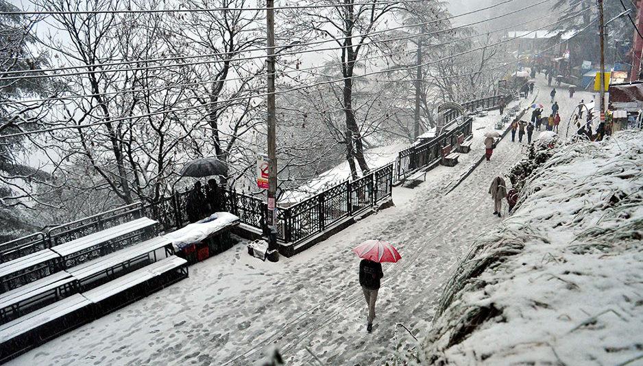 कुल्लू: पति ने गर्भवती पत्नी को 3 फीट बर्फ में पैदल चलकर पहुंचाया अस्पताल