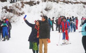 हिमाचल में बर्फवारी होने से पर्यटकों ने किया हिमाचल की हसीन वादियों का रुख