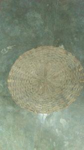 बांस की छड़ें, पेड़ों की टहनियां, घास, खजूर के पत्ते बुनने में प्रयोग