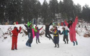 शिमला में बर्फबारी का लुत्फ़ उठाते पर्यटक