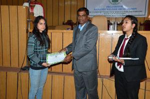 डॉ. एस. के. गुप्ता ने छात्रों को प्रमाण पत्र देकर किया सम्मानित