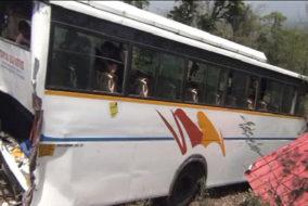 देहरा: खाई में गिरी बस, 20 घायल