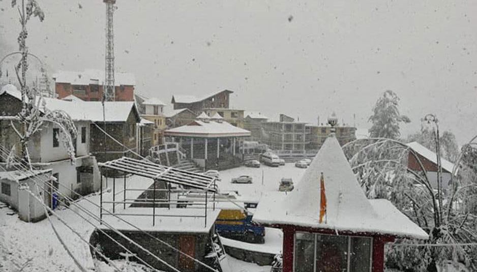 हिमाचल की चोटियों ने ओढ़ी बर्फ की सफेद चादर