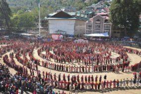 """कुल्लू: दशहरा में """"नारी गरिमा"""" का संदेश देने के लिए 3000 महिलाओं ने पारंपरिक परिधानों में प्रस्तुत की महानाटी"""