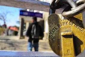 हड़ताल के चलते मंगलवार को कई बैंकों पर लटके ताले