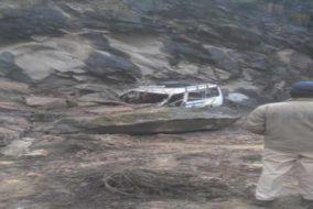 कुल्लू : भूस्खलन की चपेट में आए दो वाहन, 3 घायल