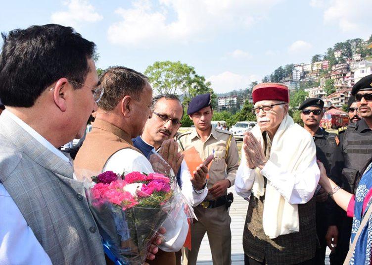 भाजपा के वरिष्ठ नेता लालकृष्ण आडवाणी बेटी के साथ पहुंचे शिमला