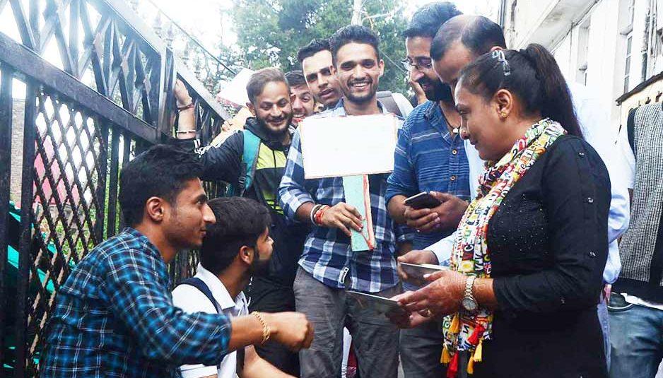 मंत्री विधायकों के बढ़े भत्तों के विरोध में जनता भी उतरी सड़कों पर, भीख मांगकर इकट्ठा किया चंदा