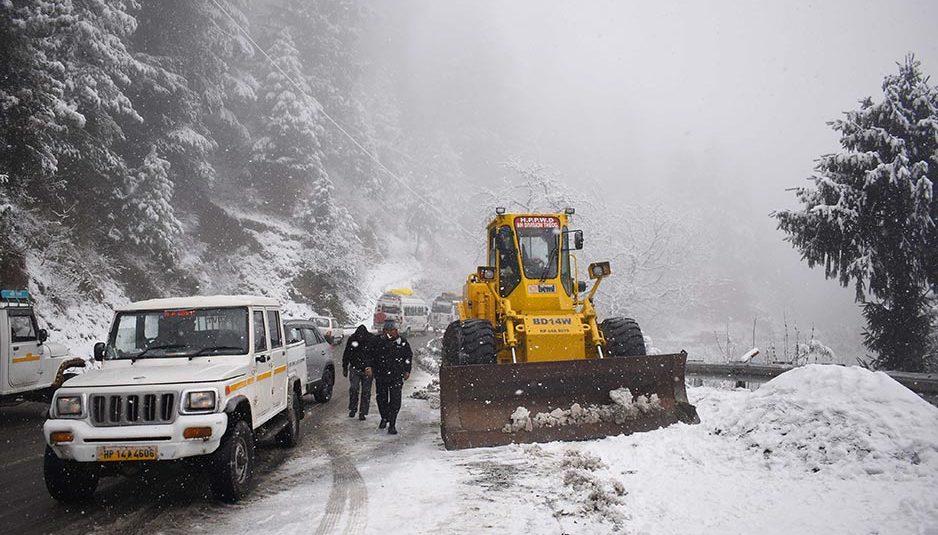 बर्फबारी के कारण देहा और खिड़की के बीच फंसे 7 यात्रियों को सुरक्षित निकाला