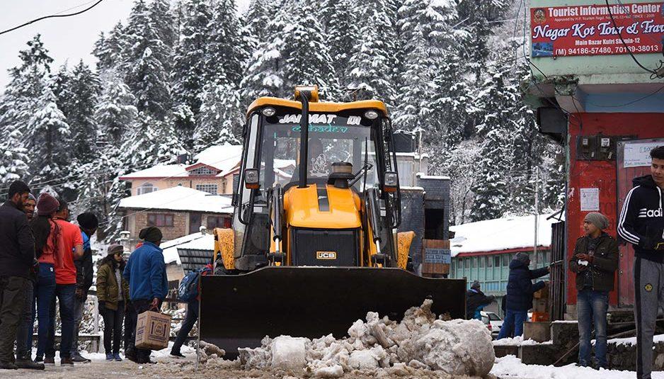 शिमला जिला की सभी सड़कें यातायात के लिए बहाल, डोडरा क्वार में बर्फ हटाने का कार्य युद्ध स्तर : डीसी