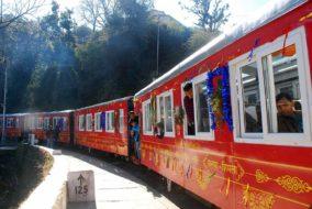 क्रिसमस पर कालका-शिमला हेरिटेज ट्रैक पर दौड़ी भारत की पहली विस्ताडोम ट्रैन