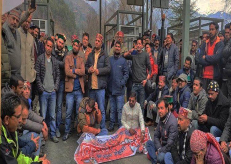 कुल्लू : टोल प्लाजा हटाने को लेकर सड़कों में उतरे लोग