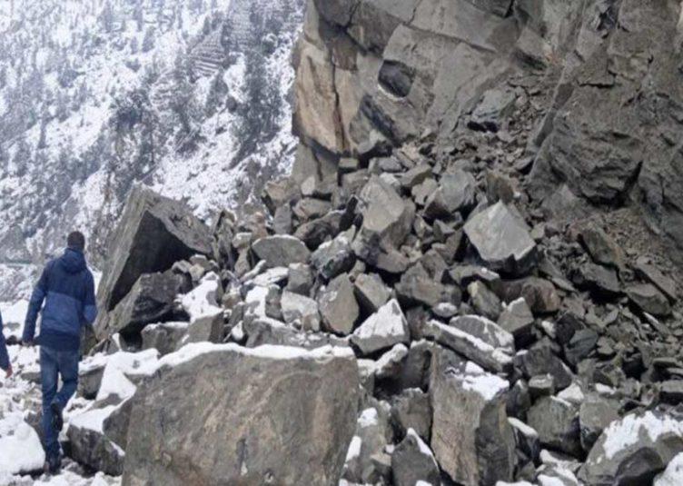 हिमाचल: किन्नौर में भूस्खलन से नेशनल हाईवे बंद, कई वाहन फंसे