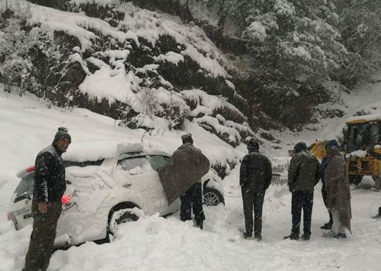 शिमला पुलिस ने निकाले बर्फबारी में फंसे 43 सैलानी