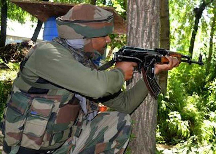 जम्मू-कश्मीर: शोपियां में 4 आतंकी ढेर, 24 घंटे में सुरक्षाबलों ने मार गिराए 9 आतंकवादी जम्मू : जम्मू-कश्मीर के शोपियां जिले में सोमवार सुबह सुरक्षा बलों और आतंकवादियों के बीच मुठभेड़ हुई, जिसमें 4 आतंकी ढेर हो गए। इससे पहले कल (रविवार) भी एक मुठभेड़ में सुरक्षा बलों ने 5 आतंकियों को मार गिराया था। पुलिस के एक अधिकारी ने बताया कि दक्षिण कश्मीर स्थित शोपियां के पिंजोरा इलाके में आतंकवादियों की मौजूदगी की सूचना मिलने के बाद सुरक्षा बलों ने इलाके में घेराबंदी एवं तलाश अभियान चलाया। उन्होंने बताया कि आतंकवादियों की तरफ से बलों के खोज दल पर गोलियां चलाई जाने और सुरक्षा बलों की तरफ से जवाबी कार्रवाई किए जाने के बाद तलाश अभियान मुठभेड़ में बदल गयी। पिछले 24 घंटे में शोपियां जिले में यह दूसरी मुठभेड़ है। बताया जा रहा है इन आंतकियों का संबंध आतंकी संगठन हिजबुल मुजाहिद्दीन से है। जिनमें से दो हिजबुल मुजाहिद्दीन के पुराने और हाईरैंकिग कमांडर हैं। इस तरह हमारे जवानों ने 24 घंटों के भीतर हिजबुल मुजाहिद्दीन के 9 आतंकियों को मार गिराया है। वहीं इससे पहले जिले के रेबन इलाके में सुरक्षा बलों के साथ रविवार को हुई मुठभेड़ में हिज्बुल मुजाहिदीन के स्वघोषित कमांडर समेत पांच आतंकवादी मारे गए थे।