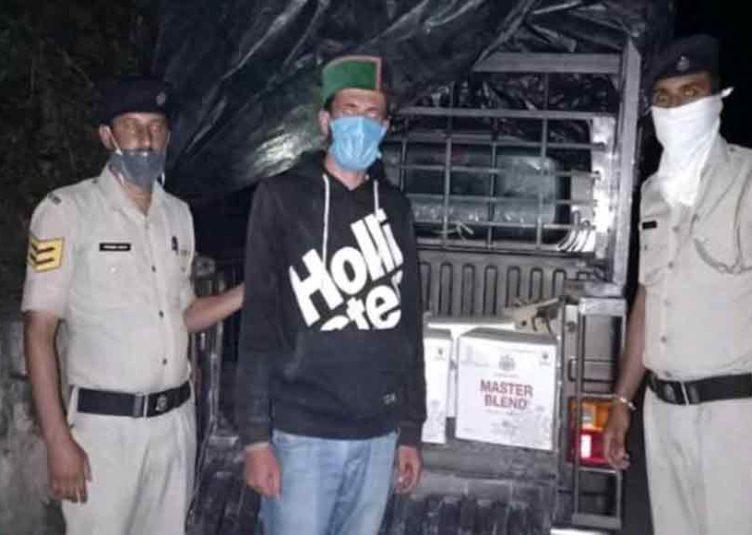 सिरमौर: शिलाई विकास खण्ड के रोनहाट में एक पिकअप से बरामद की गई अवैध शराब, मामला दर्ज