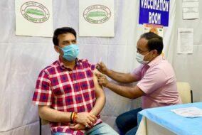 अनुराग ठाकुर ने लगवाई कोरोना वैक्सीन की पहली डोज